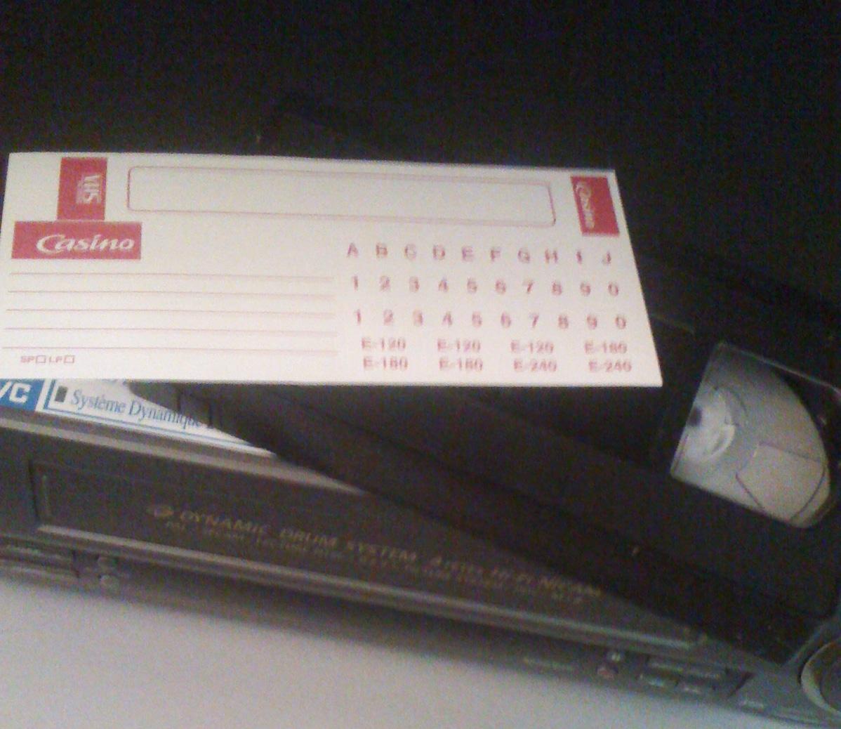 la cassette vidéo et sa planche de stickers